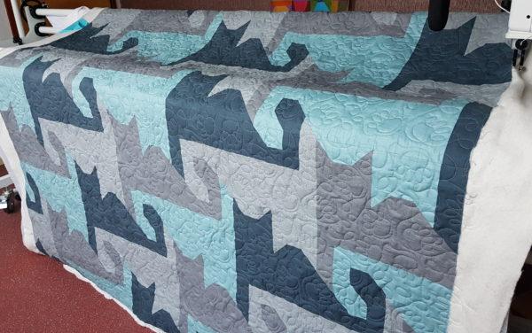Quilt van Sabine, een poezenquilt doorgequilt met poezenpootjes